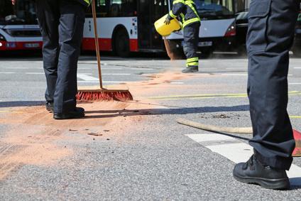 Ölspurbeseitigung nach einem Verkehrsunfall